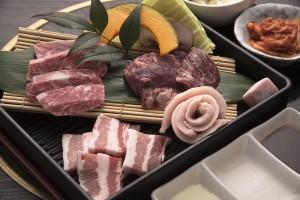 「えらべる焼肉定食」のハラミ(右上) 国産豚トロ(右下) 黒毛和牛カルビ(左上) 国産豚カルビ(左下)