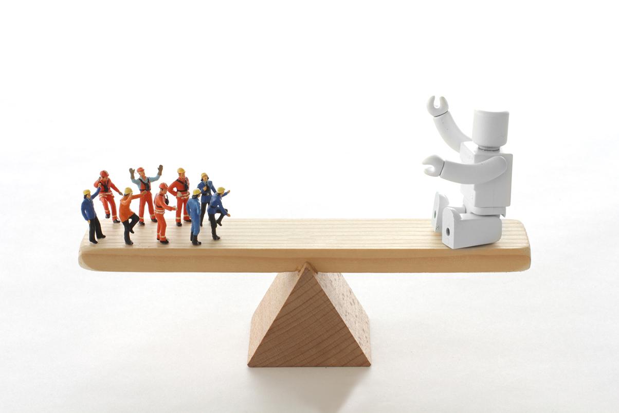 労働者とロボットのどちらがいいのかシーソー